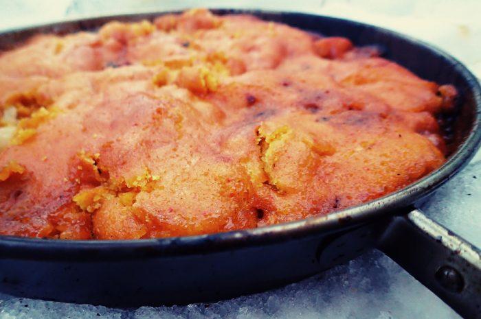 Upp- och nedvänd kaka över öppen eld